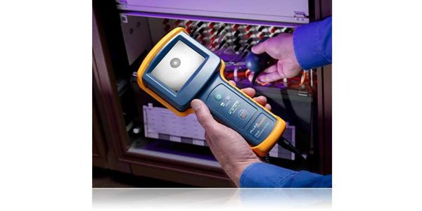 fluke fiberinspector™ pro professional video microscope enables end-face inspection inside ports and on patch cords with dual-magnification probe and large portable screen.