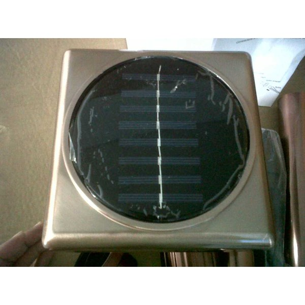 lampu taman tenaga surya ( solar powered garden light)