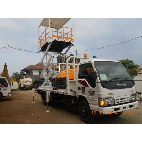 service truck with hydraulic scissor lift-1