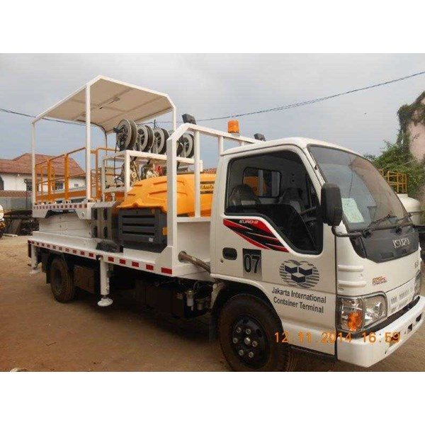 service truck with hydraulic scissor lift-3